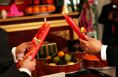 Với những gia đình có gốc là người miền Nam, lễ cưới vẫn giữ được phong tục truyền thống là thắp đèn cầy (nến) trên bàn thờ.