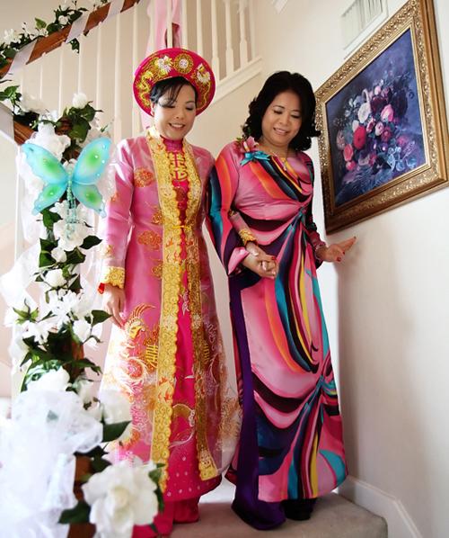Trong lễ ăn hỏi và tiệc trà, cô dâu thường diện áo dài truyền thống để giữ đúng phong tục cưới Việt Nam.