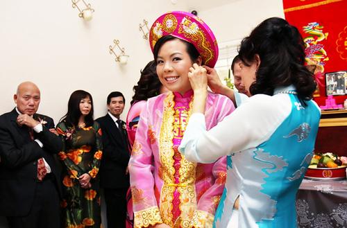 Cô dâu được cha mẹ chồng tặng quà cưới để cầu mong cuộc sống đôi uyên ương sẽ sung túc, hạnh phúc.