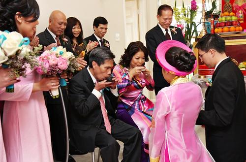 Tiệc trà là nghi lễ cô dâu chú rể dâng trà mời cha mẹ, thể hiện lòng hiếu thảo và kính trọng của con cái tới các bậc phụ mẫu.