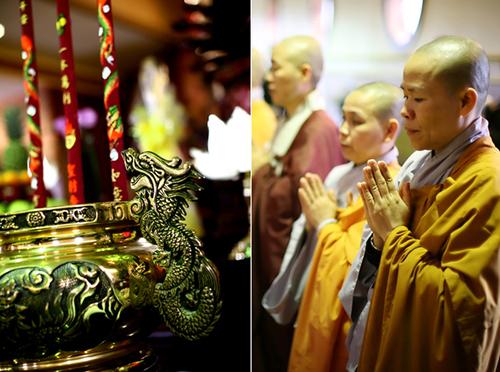 Sau lễ cúng tổ tiên tại gia, đôi uyên ương tổ chức lễ thành hôn tại chùa.