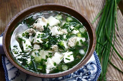 Món canh đơn giản với lá hẹ và đậu phụ nhưng rất thích hợp trong thời tiết oi bức của ngày hè.