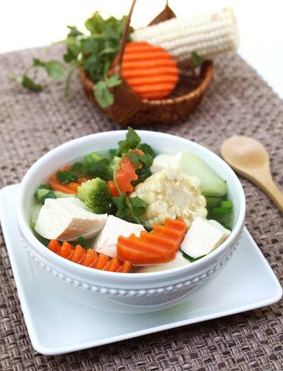 Món canh với rất nhiều loại rau củ được nấu chung với đậu phụ non thích hợp trong những ngày nắng nóng.