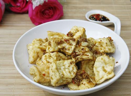 Sả, ớt được bằm nhuyễn, trộn đều và chiên giòn với đậu phụ non cho món ăn vừa đậm đà vừa thơm ngon.