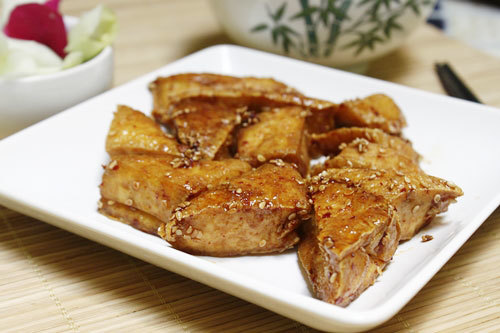 Những hạt vừng được rang chín tẩm bên ngoài làm tăng thêm hương vị cho món ăn.