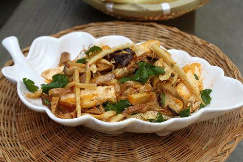 Măng tươi được tước sợi, xao chung với măng cho bữa cơm ngon miệng và không ngấy.