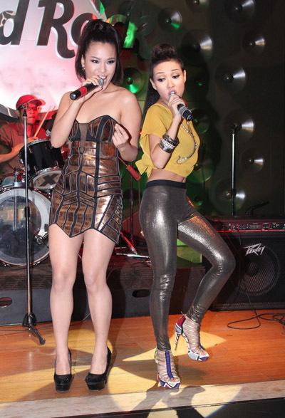 Tối 3/8, Phương Vy đến chúc mừng buổi ra mắt album mới 'Party all night' của Thảo Trang. Cả hai song ca ca khúc 'Lady marmalade'