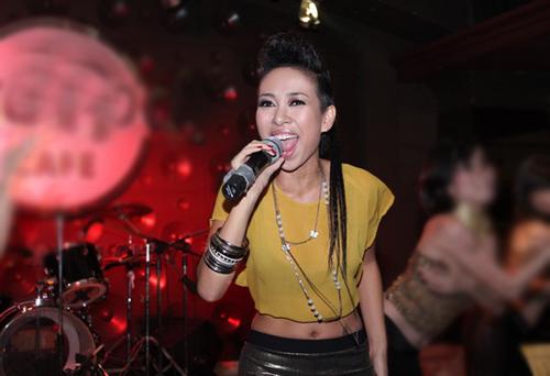Cô lần lượt trình diễn những ca khúc trong single mới như: 'Party all night', 'Feel the life'...