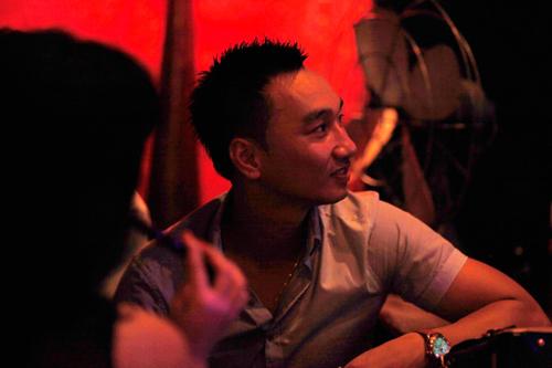 Danh hài Thành Trung, một người bạn của Anh Tú và Ngọc Minh lặng lẽ ngồi theo dõi chương trình. Anh không giấu nổi vẻ mệt mỏi bởi những rạn nứt hôn nhân với ca sĩ Thu Phượng.