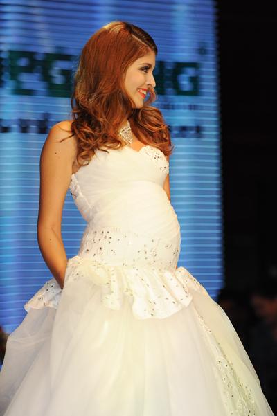 Chân dài trình diễn mẫu váy cưới dành cho các cô dâu bầu của một thương hiệu thời trang tại Hà Nội.