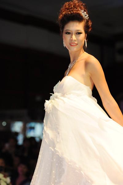 Váy bầu sử dụng nhiều chất liệu vải thoáng mát, đa số ôm ở chân ngực và chân váy suôn thẳng dịu dàng.