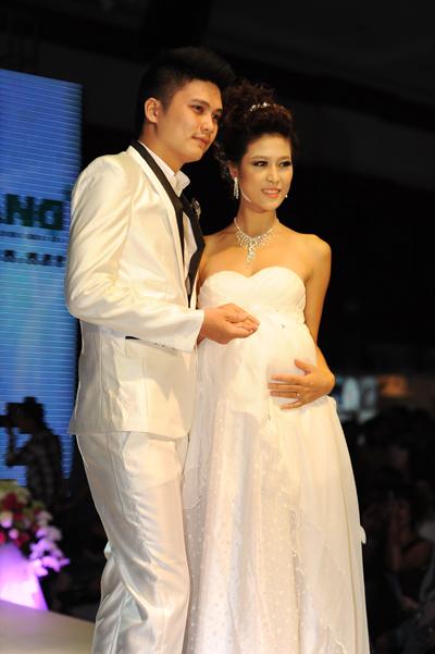Ngoài ra, nhà thiết kế còn sáng tạo ra nhiều mẫu váy để cô dâu bầu thoải mái trong ngày trọng đại nhưng vẫn không kém phần xinh đẹp, lộng lẫy.