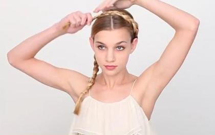 Vắt các lọn tóc tết ngang qua đầu, tạo thành chiếc băng đô rồi dùng cặp ghim cố định lọn tóc.