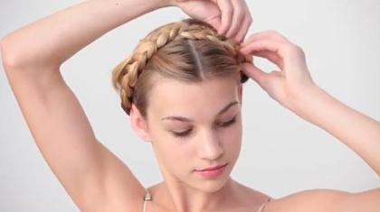 """Bạn cần cài cặp ghim vào nhiều vị trí khác nhau của chiếc """"băng đô tóc"""" vừa tạo để nó không bị xô lệch khi bạn di chuyển."""