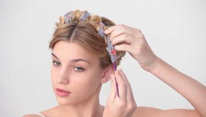 Các cô gái cá tính có thể quấn thêm một chiếc khăn vải xen lẫn lọn tóc tết