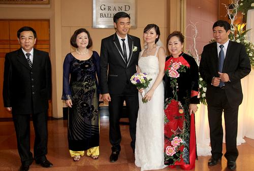 Cô dâu, chú rể và hai bên gia đình. Bố mẹ Tuấn Tú (trái) là tham tán tại Phillippines, trong khi bố mẹ cô dâu lại là quan chức trong ngành công an.
