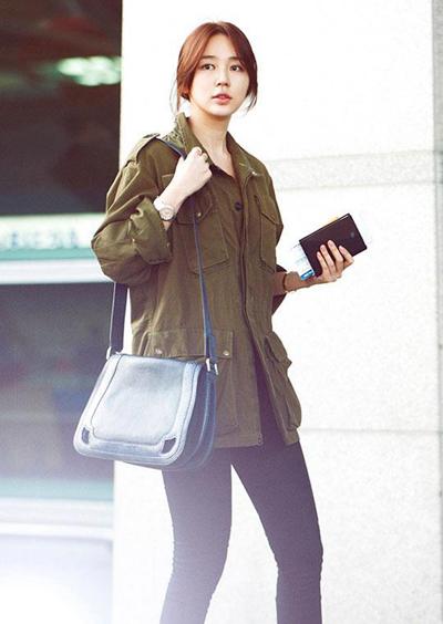 Yoon Eun Hye do sở hữu nước da trắng nên cô nàng rất thoải mái khi diện những bộ đồ có màu xanh trầm bộ đội
