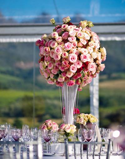 Muôn màu sắc hoa trên bàn tiệc