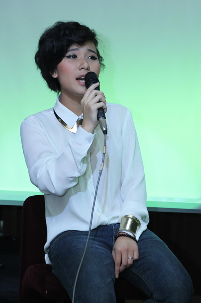 Đêm nhạc còn có sự tham gia của một số khách mời khác, như ca sĩ - nhạc sĩ Tiên Cookie. Tiên Cookie năm nay 18 tuổi, vừa tốt nghiệp phổ thông trung học.