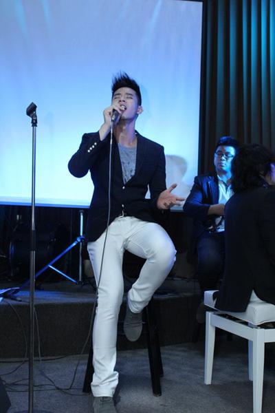 Hồ Vĩnh Khoa khoe giọng hát live khỏe khoắn trong ca khúc 'Lạc giữa thiên đường' và một bài hát tiếng Anh.