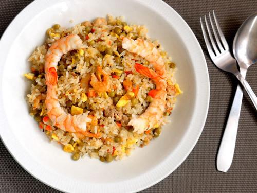 Đôi lúc cơm dùng không hết bạn thử làm món cơm rang hải sản này xem, sự kết hợp giữa rau củ cùng hải sản sẽ làm cơm rất ngon đấy.