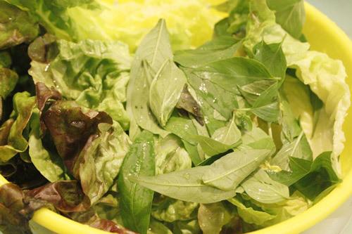 Rửa sạch, để ráo nước các loại rau thơm.