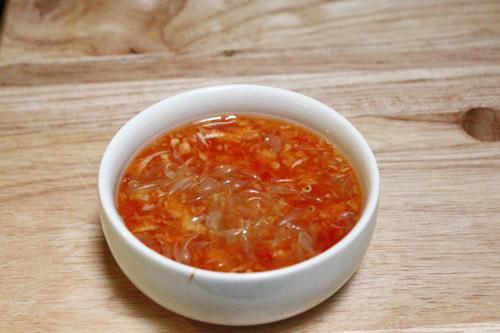Pha nước chấm chua ngọt theo khẩu vị.