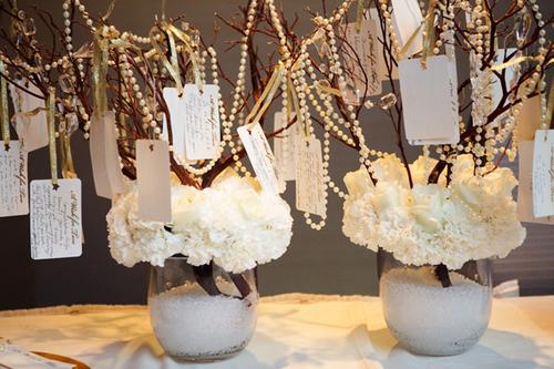 Cành cây khô kết hợp cùng ngọc trai và hoa tươi sẽ mang đến vẻ đẹp sống động.