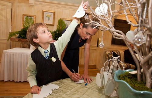 Các vị khách sẽ thích thú khi được viết lời chúc lên thiệp và tự tay treo lên cây chúc phúc.