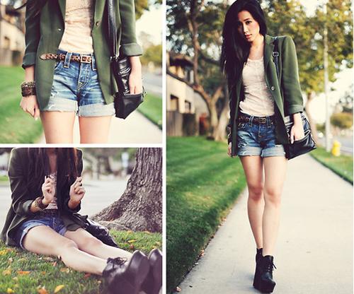 Fashionista Jenny Ong luôn nổi bật với style retro khi diện blazer xanh lá, túi da mix cùng quần short rách bụi bặm.