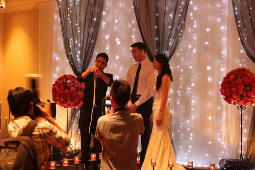 Tiệc cưới tông hồng và đen tạo cá tính lạ
