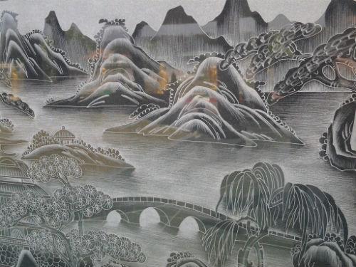 Bức tranh phong cảnh được chạm khắc tinh xảo với đầy đủ các họa tiết.
