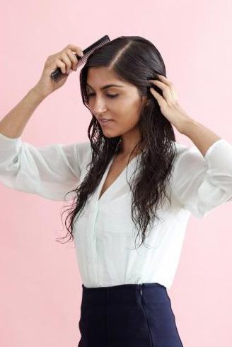 Xẻ ngôi giữa và dùng lược chải gọn phần tóc trên đỉnh đầu.