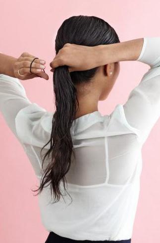 Dùng chun buộc toàn bộ phần đuôi tóc lại theo kiểu tóc đuôi ngựa thấp.
