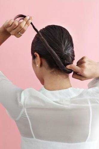 Xoắn nhẹ phần đuôi tóc và quấn thành búi phía sau gáy