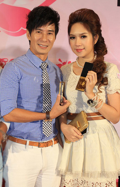 Tối 15/8, hai vợ chồng ca sĩ Lý Hải cùng nhau đi dự buổi tiệc đấu giá từ thiện. Cả hai không rời nhau nửa bước,