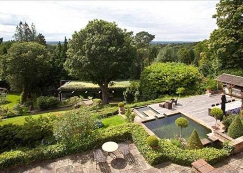 Căn biệt thự được mô phỏng theo lối kiến trúc Tudor ở Weybridge, Surrey, là tổ ấm của Lennon và Cynthia - người vợ đầu tiên của ông năm 1964 đến năm 1968. Ngôi nhà do kiến trúc sư T.A. Allen thiết kế, được khởi công xây dựng năm 1913 với tên gọi ban đầu Brown House có 6 phòng ngủ, một bể bơi, và khuôn viên vườn bao quanh ngôi nhà với diện tích lên tới 0,6 hecta.