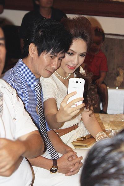 Khi vợ lấy điện thoại ra chụp ảnh 'tự sướng', Lý Hải cũng nhiệt tình hưởng ứng.