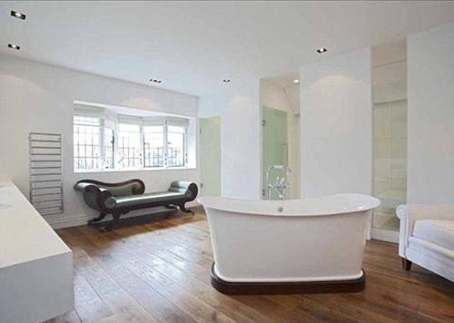 Phòng tắm rộng rãi và được sơn màu trắng sang trọng.