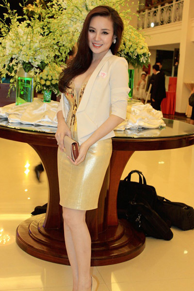 Ca sĩ Vy Oanh mặc váy khoét cổ sâu.