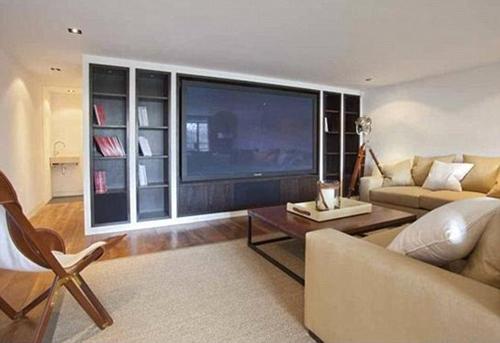Phòng khách - nơi Lennon dành thời gian để nghỉ ngơi, thư giãn được đặt một bộ ghế sofa màu vàng- món quà ông được người dì Elizabeth Smith gửi tặng