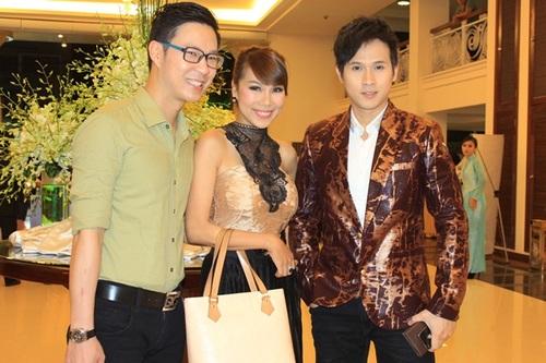 Ca sĩ Khánh Ngọc rạng rỡ bên MC Anh Quân (trái) và ca sĩ Nguyên Vũ.