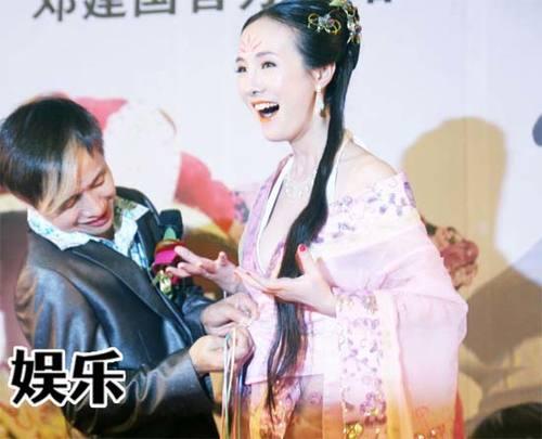 Lộ Lộ và đạo diễn Đặng Kiến Quốc tại buổi họp báo ra mắt phim mới.,