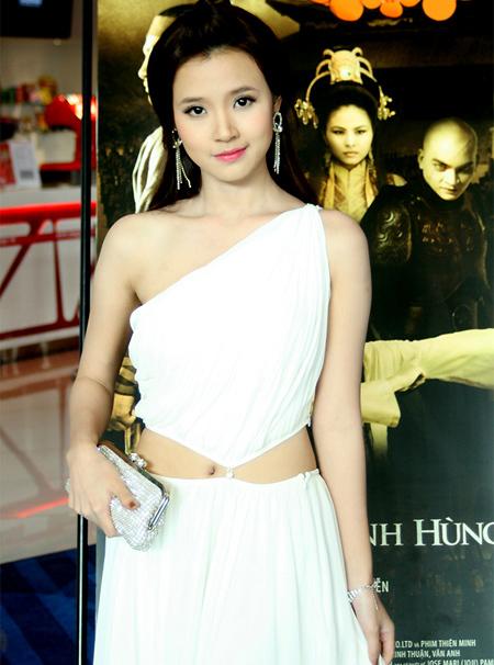 Midu xinh đẹp và tinh khôi trong chiếc váy trắng lệch vai.