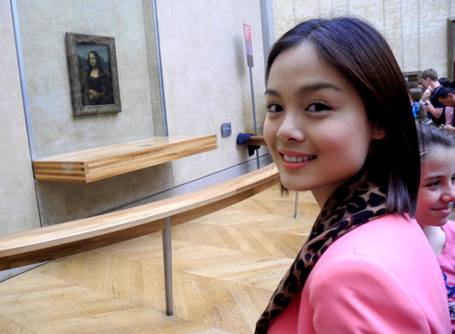 5830 : Chup anh ki niem voi buc tranh noi tieng Mona Lisa ( ban goc ).