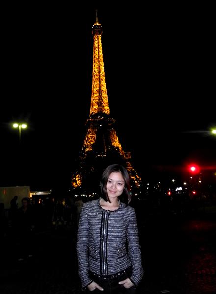 Tuyết Ngọc đi dạo ngắm cảnh Paris về đêm và chụp ảnh kỷ niệm dưới chân tháp Eiffel.