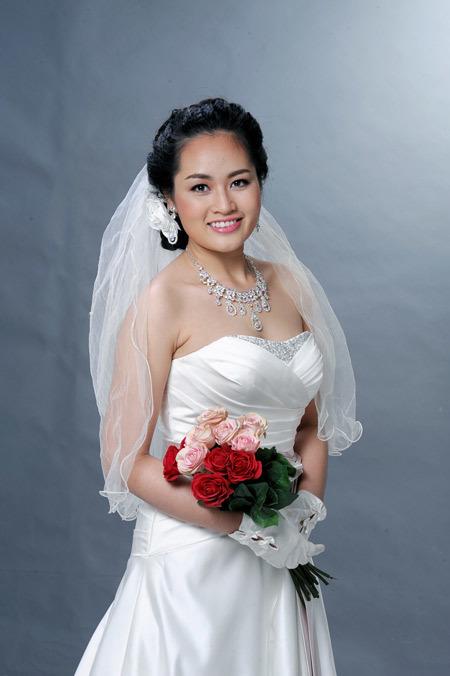 Đối với váy quây, cô dâu chọn những váy có phần ngực thật đơn giản để tránh người đối diện tập trung quá nhiều vào đó.