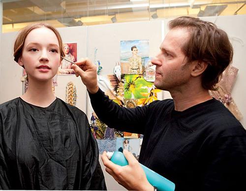 Chỉnh sửa một chút cho phần tóc mái buông tự nhiên và ôm lấy đoạn tóc bắt đầu cuốn.
