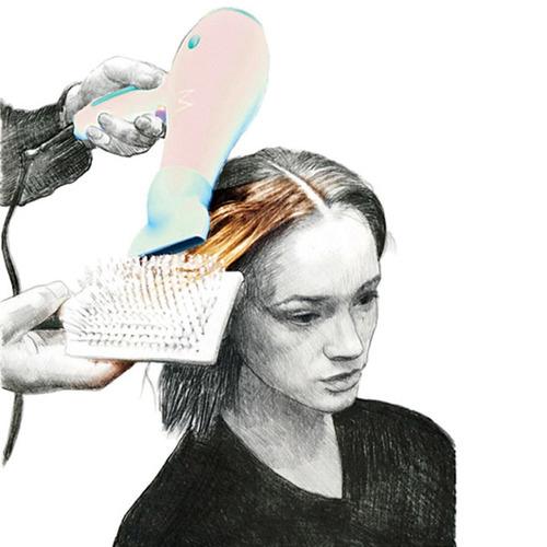 Bước 1: Cô dâu gội đầu và để tóc ẩm một chút rồi dùng gel tạo kiểu định hình tóc. Rẽ ngôi giữa sao cho cân bằng hai bên tóc, lần lượt dùng lược giữ tóc rồi sấy qua các lớp tóc cho khô.