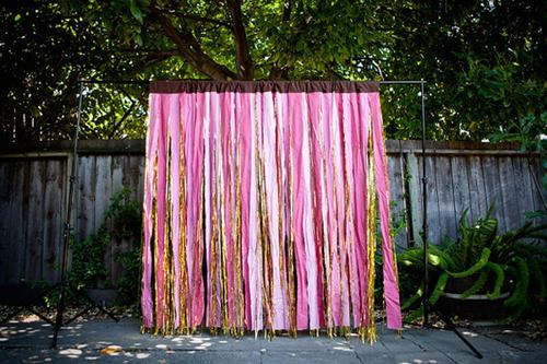 Tấm backdrop màu hồng rực rỡ kết từ những dải lụa đơn.